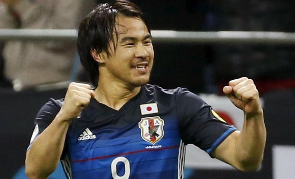 Shinji Okazaki strzela gola dla Japonii